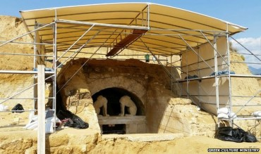 Greeks captivated by Alexander-era tomb at Amphipolis