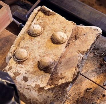 Μέρος της σπασμένης μαρμάρινης πόρτας που βρέθηκε στον 3ο θάλαμο
